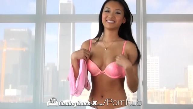 Молоденькая азиатка и ее первый горячий порно кастинг