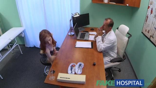 Доктор отлизал пизду и поимел молоденькую русскую на приеме