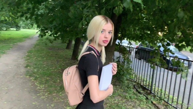 Познакомился с губастой русской девкой и выебал её грубо глубоко в глотку