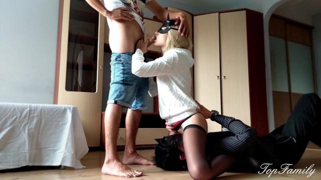 Жена, сидя на лице мужа голой пиздой, отсасывает хуй любовника
